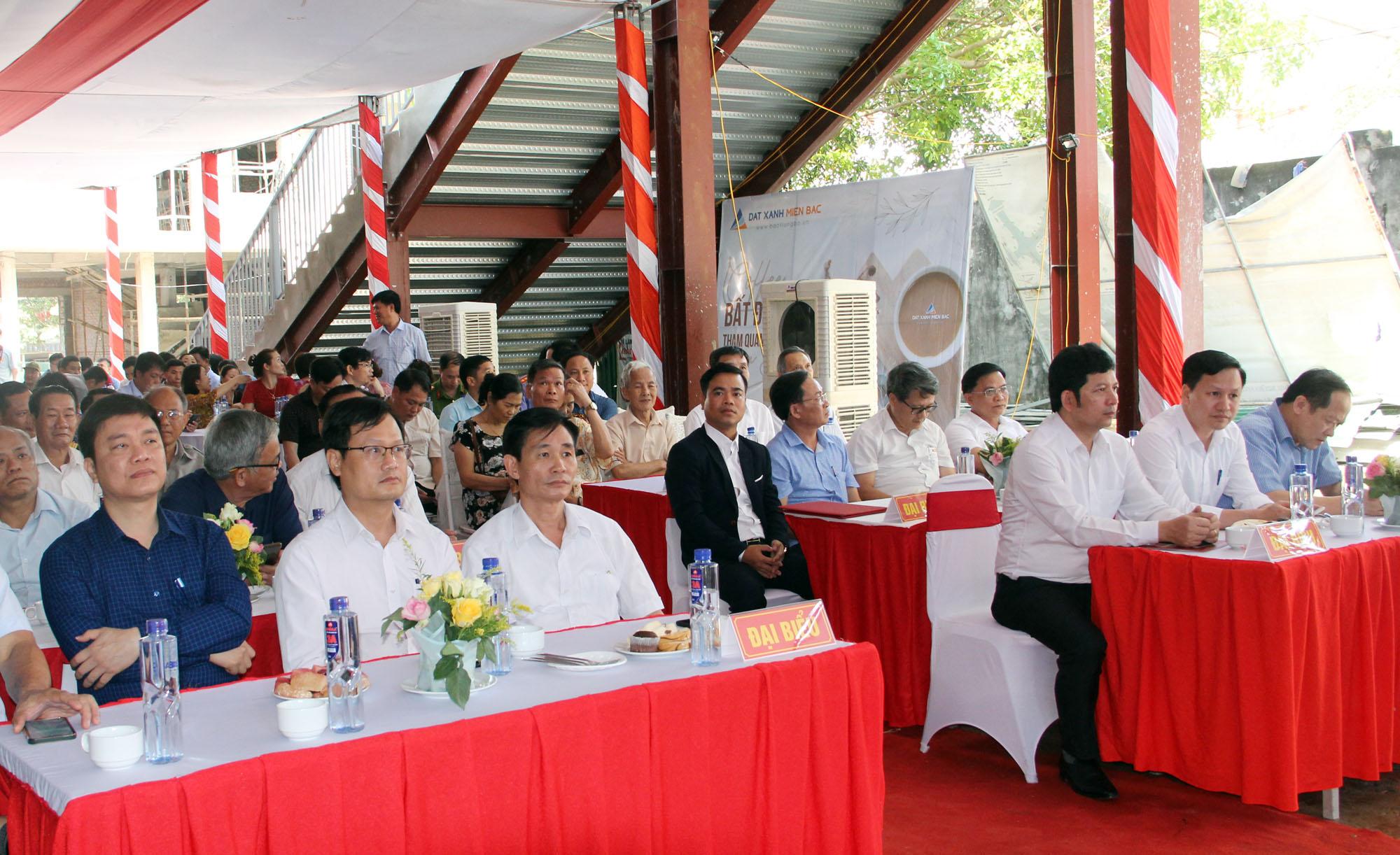 Ảnh 5. Các đại biểu về tham dự lễ cất nóc chợ Kim Sơn