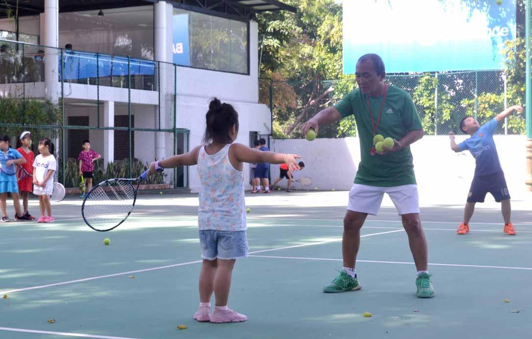 images2776660_Hu_n_luy_n_c_c_ch_u_nh__l_m_quen_v_i_tennis