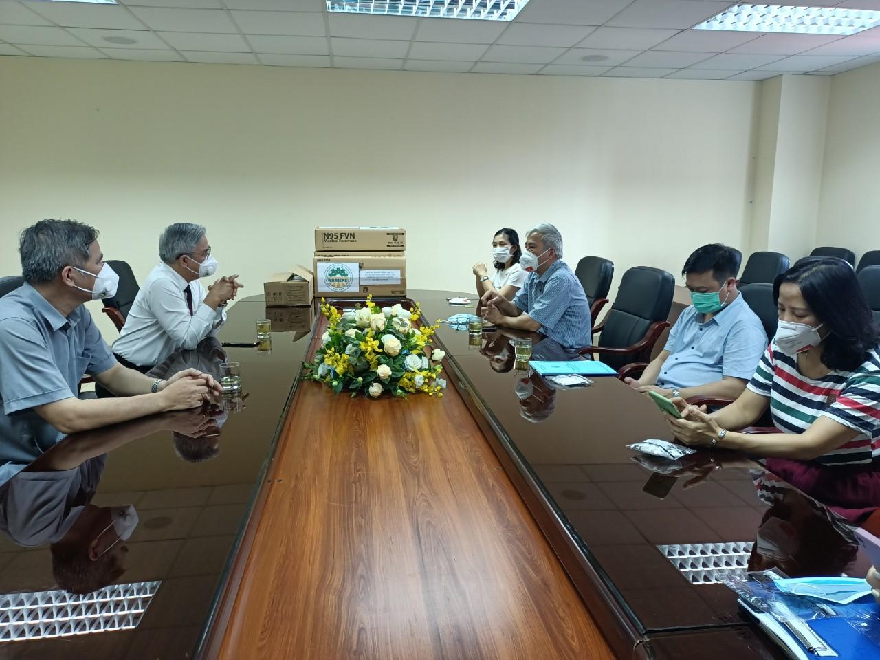 Chủ tịch Hiệp hội VARISME trao đổi cùng lãnh đạo Trung tâm Y tế dự phòng Hà Nội.