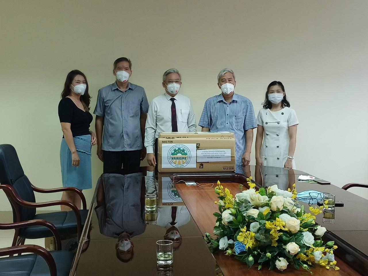 Đại diện Trung tâm Y tế dự phòng Hà Nội tiếp nhận các thùng khẩu trang N95 từ Chủ tịch VARISME để hỗ trợ cho công tác phòng, chống dịch của Trung tâm.