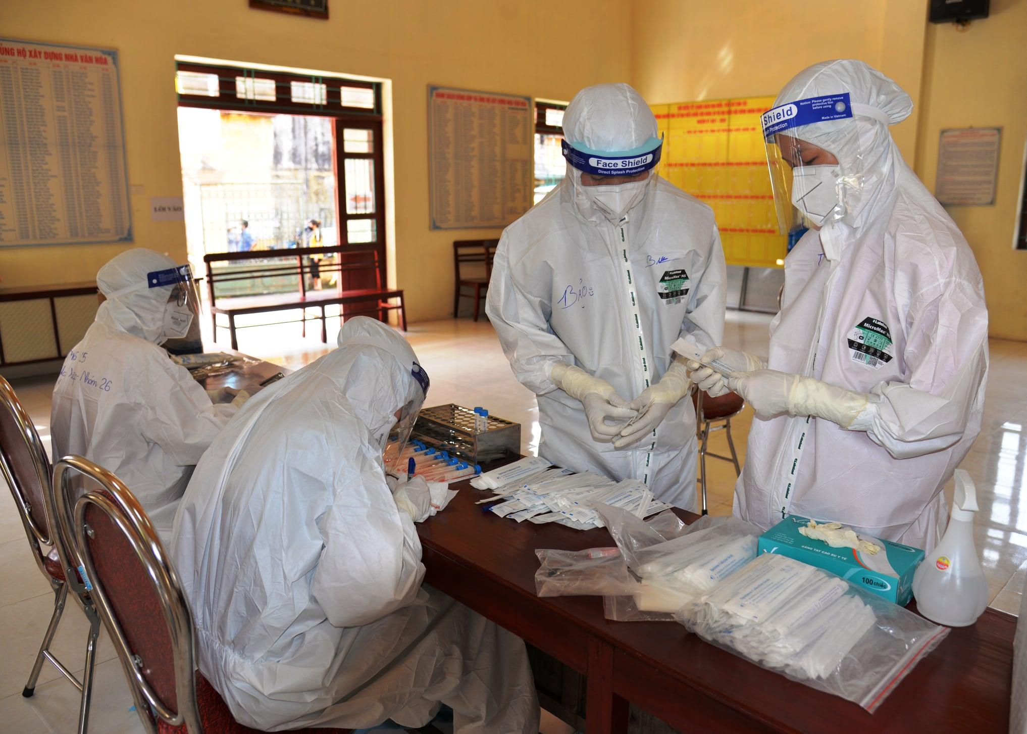 2. Các nhân viên Y tế chuẩn bị lấy mẫu xét nghiệm