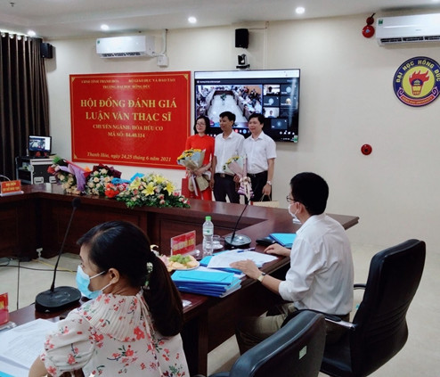 PGS.TS Đinh Ngọc Thức (ngoài cùng bên phải) chủ nhiệm đề tài nghiên cứu về cây Sâm Báo.