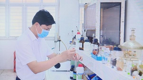 PGS.TS Đinh Ngọc Thức trong quá trình nghiên cứu hoạt chất Terpenoid trong cây Sâm Báo.