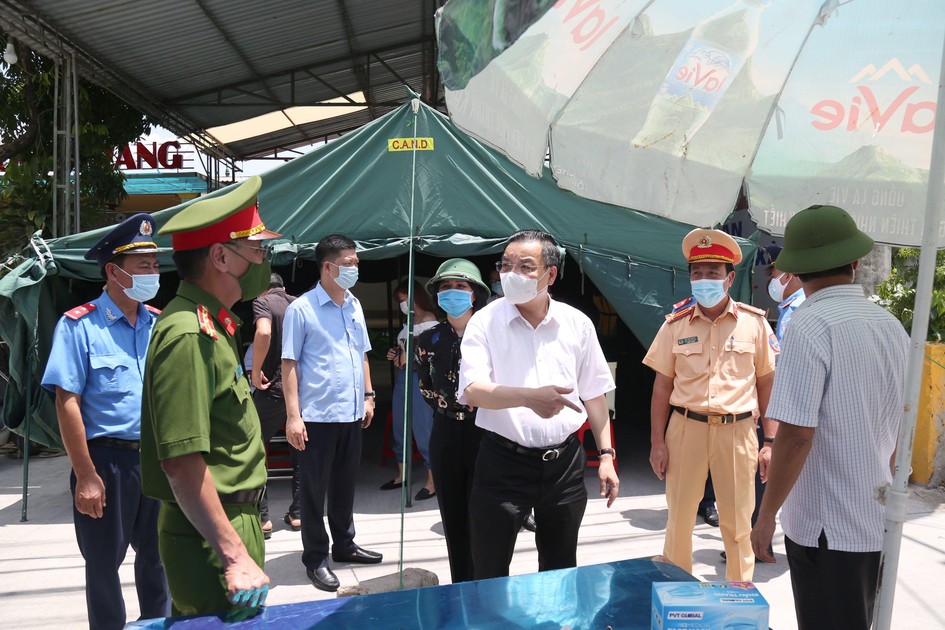 Chủ tịch UBND Chu Ngọc Anh đi kiểm tra trực tiếp tại cảng sân bay quốc tế Nội Bài ngày 15/7/2021.