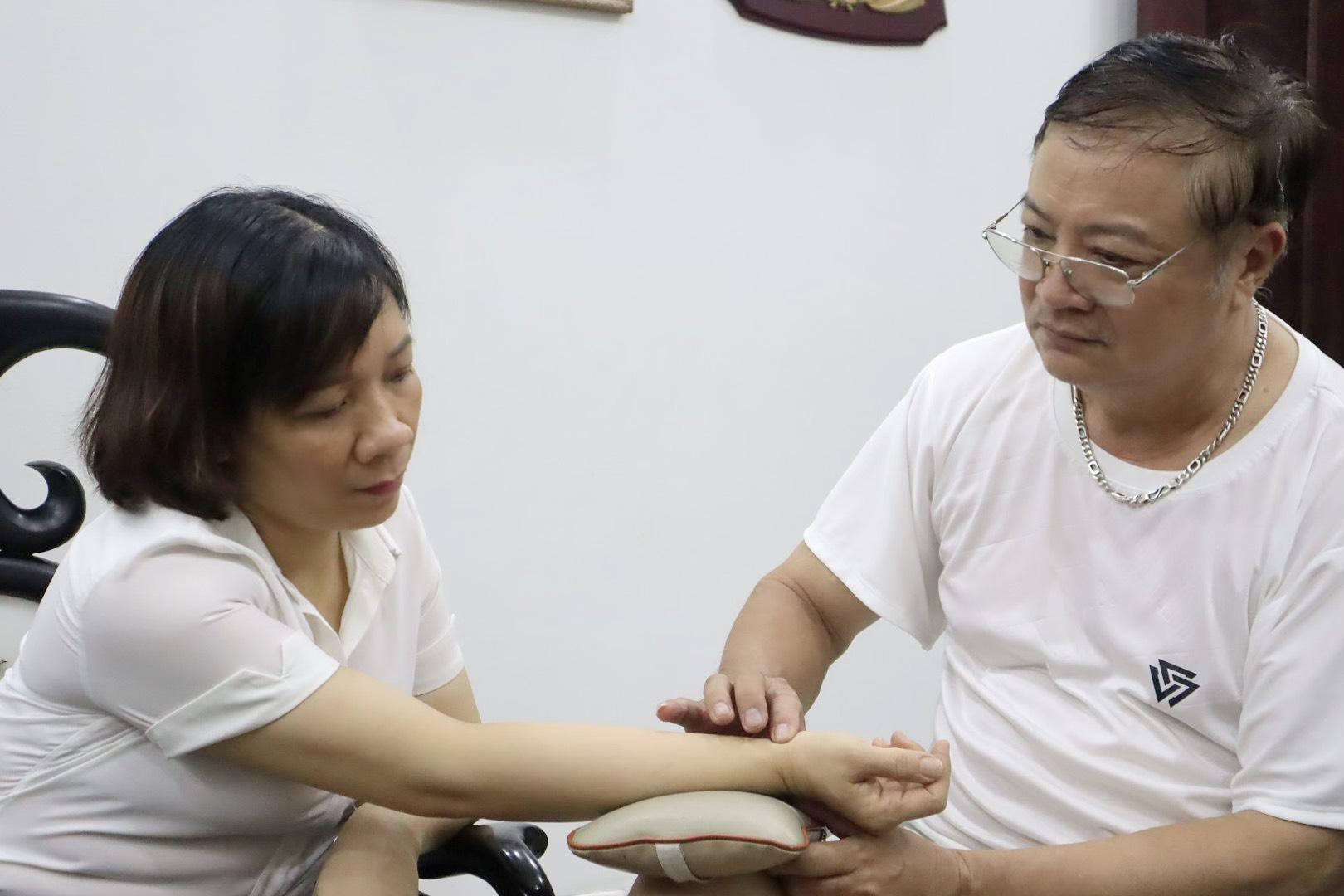 Một bệnh nhận tìm đến nhà lương y Trần Đình Nhâm để được thăm khám và chữa bệnh.