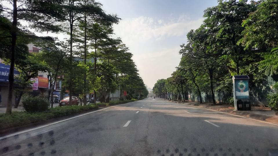 Cung đường Hà Nội vắng lặng trong ngày đầu thực hiện giãn cách. Ảnh fb Phùng Đô
