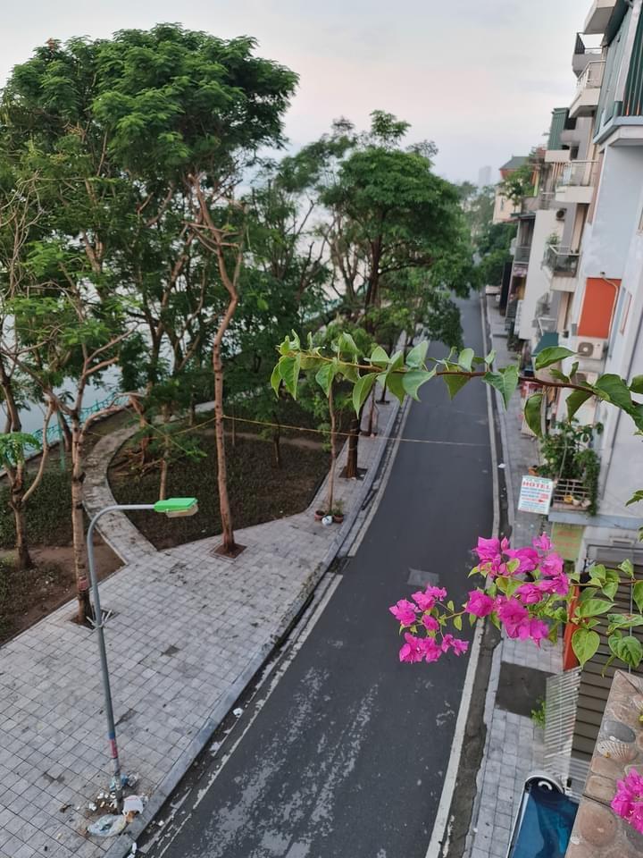 Một góc ven hồ ngày đầu giãn cách. Ảnh fb Nguyễn Tú.