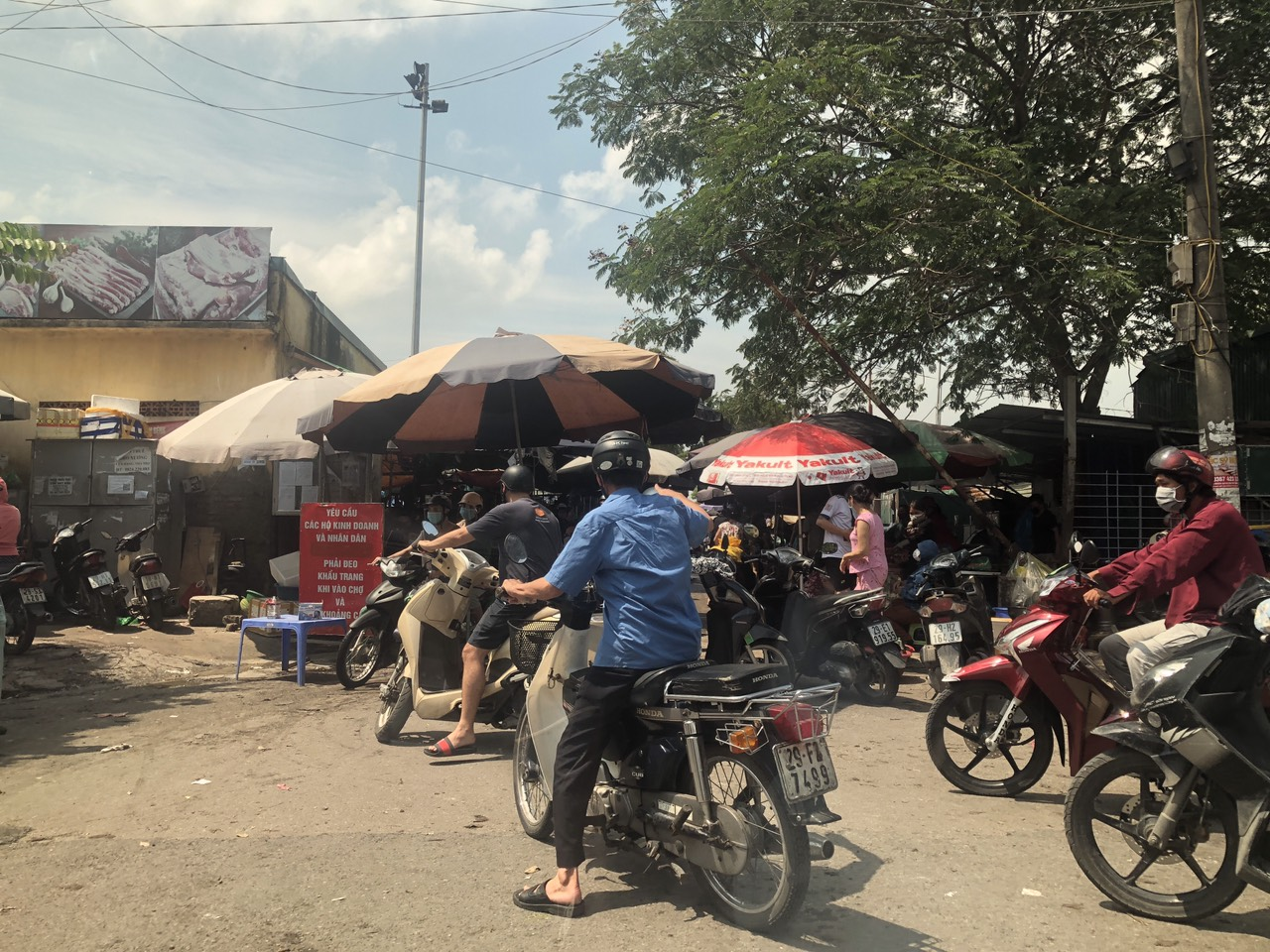Một số chợ dân sinh, vẫn đông người mua, tuy nhiên theo ghi nhận, tâm lý người mua cũng không quá nặng nề về tích trữ đồ ăn -Chợ Đền Lừ 10:25.Theo ghi nhận CTV tại quận Hoàng Mai