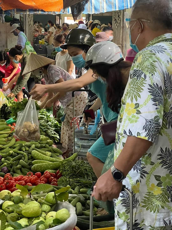 Tại chợ dân sinh quận Tây Hồ ( Chợ Bưởi) - Người dân không mua quá nhiều, chỉ đủ dùng cho 1 -2 bữa. ảnh CTV.