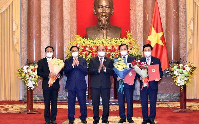 Chủ tịch nước Nguyễn Xuân Phúc trao Quyết định, Thủ tướng Phạm Minh Chính tặng hoa cho các Phó Thủ tướng Chính phủ - Ảnh: VGP.