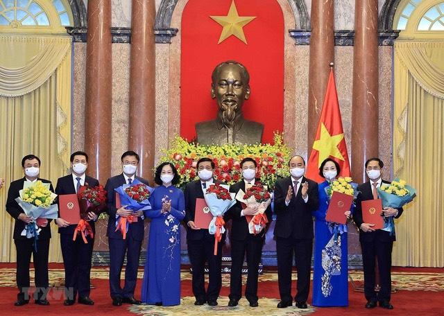 Chủ tịch nước trao Quyết định cho các Bộ trưởng các cơ quan ngang Bộ.(Ảnh: Thống Nhất/TTXVN).