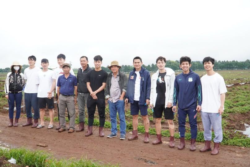 Bầu Đức, Kiatisuk cùng các tuyển thủ trong màu áo HA.GL trồng sầu riêng sáng 29/7. Ảnh: QV.