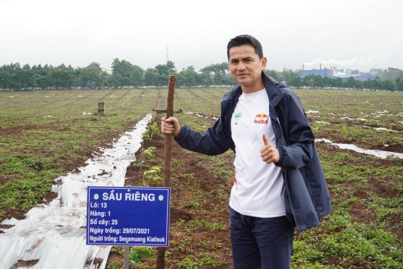 HLV Kiatisuk hào hứng với công việc trồng cây.