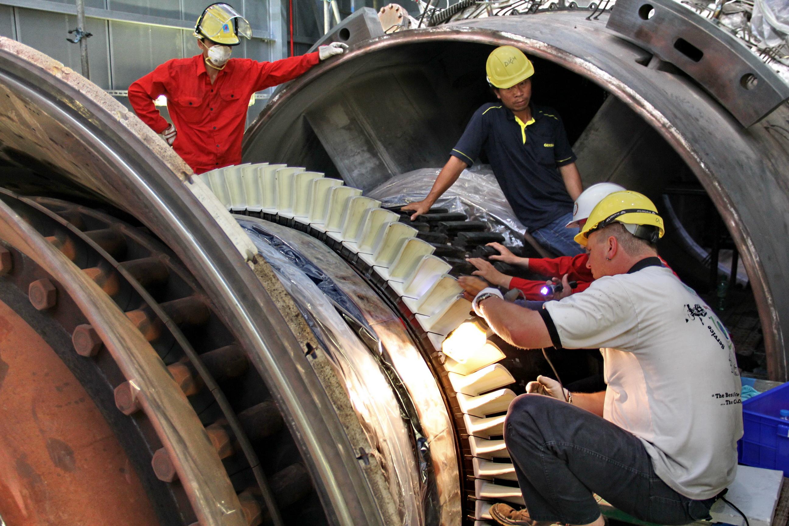 Kỹ sư PVPower NT2 cùng chuyên gia Siemens kiểm tra bảo dưỡng Rotor