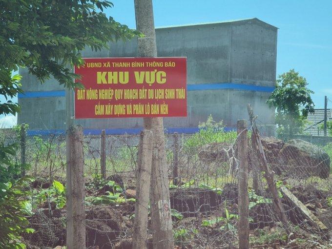 UBND xã Thanh Bình cắm biển thông báo nhưng các công trình vẫn ngang nhiên tồn tạ
