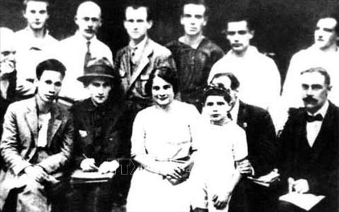 Đồng chí Nguyễn Ái Quốc (người đầu tiên bên trái, hàng ngồi) với một số đại biểu tham dự Đại hội lần thứ 5 Quốc tế cộng sản tại Moskva, từ 17/6 đến 8/7/1924. Ảnh: tư liệu/TTXVN