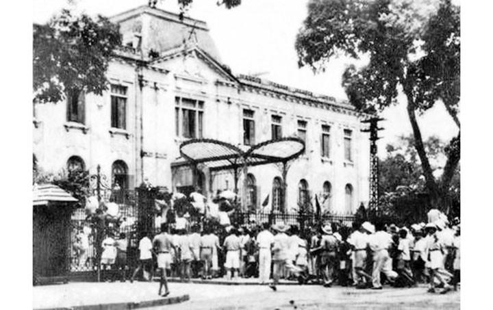 Quần chúng cách mạng và tự vệ chiến đấu Hà Nội chiếm Phủ Khâm sai (Bắc Bộ phủ), ngày 19-8-1945