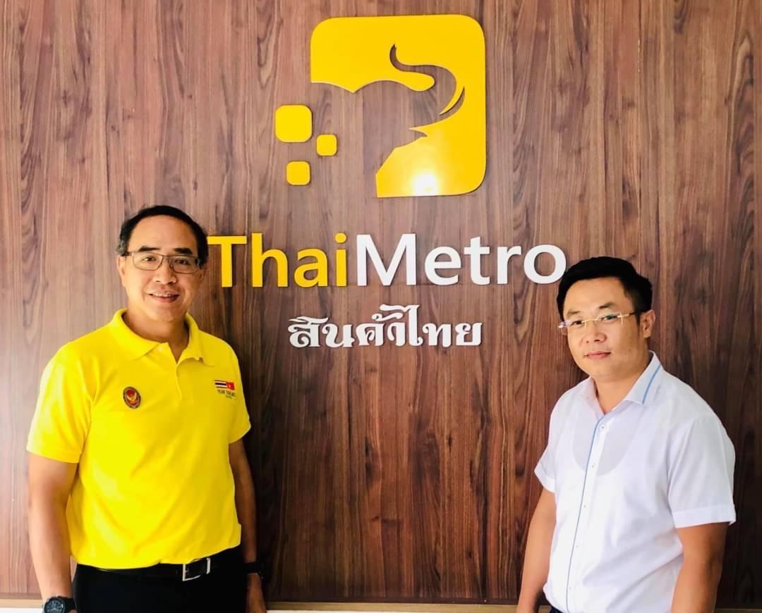 Đại sứ Thái Lan (áo vàng) chụp ảnh cùng ông chủ của chuỗi siêu thị ThaiMetro - Nguyễn Thế Chiến khi đến thăm quan hệ thống siêu thị ThaiMetro
