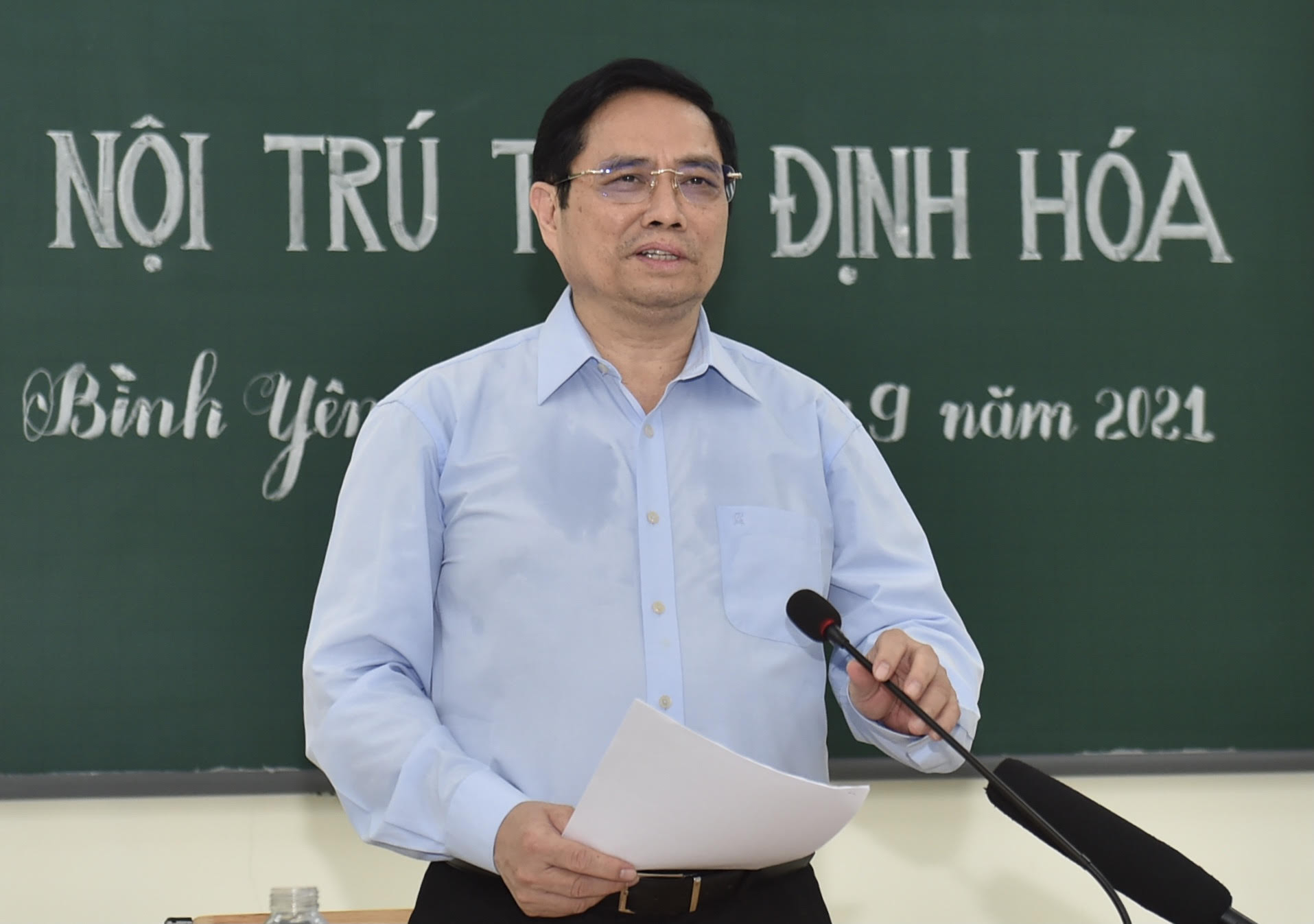 Thủ tướng Chính phủ phát biểu chia sẻ tại Trường Phổ thông Dân tộc nội trú THCS Định Hóa. Ảnh: VGP/Nhật Bắc.