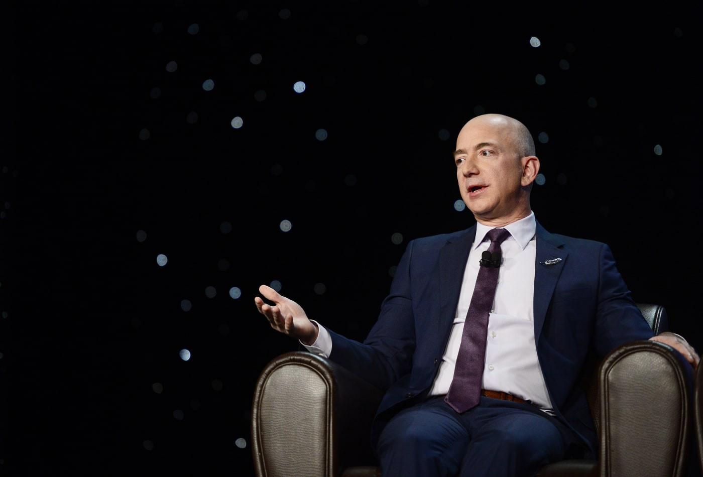 """Ông Bezos trả lời trên tờ Berliner Zeitung của Đức rằng: """"sẽ không có báo in trong 20 năm nữa""""."""