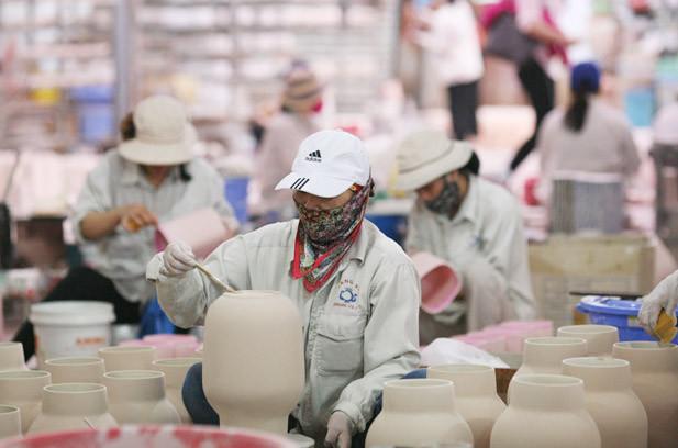 Sản xuất gốm tại Công ty TNHH Gốm sứ Quang Vinh (xã Bát Tràng, huyện Gia Lâm).