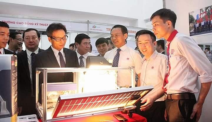 Phó Thủ tướng Vũ Đức Đam thăm gian hàng trưng bày sản phẩm đổi mới sáng tạo của thầy trò Trường Cao đẳng nghề Công nghệ cao Hà Nội tại Techfest Việt Nam 2020