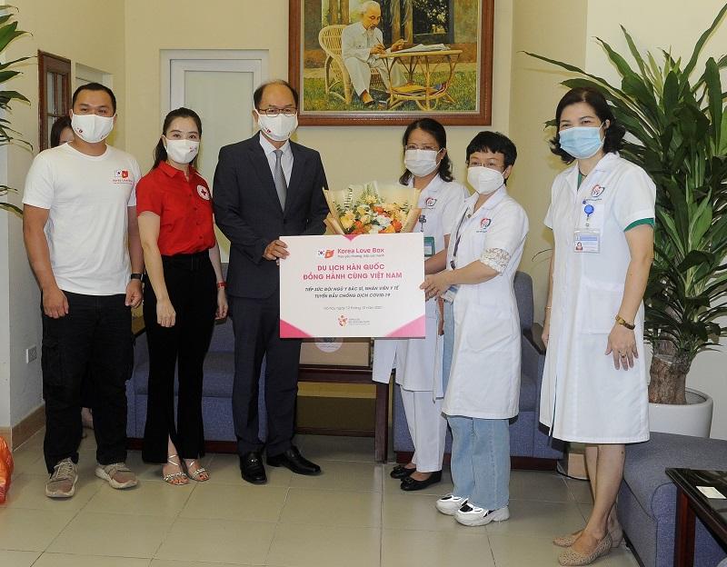 Ông Park Jong Sun - Trưởng Đại diện Tổng cục Du lịch Hàn Quốc trao quà tặng tiếp sức cho đội ngũ y bác sĩ tại Bệnh viện Đa khoa Đống Đa - Hà Nội