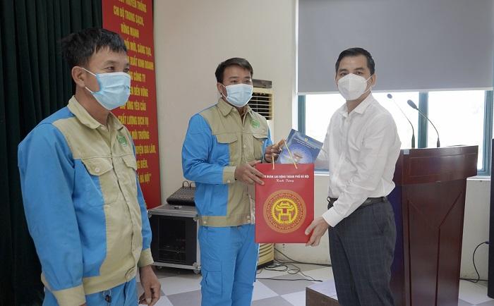 Phó Chủ tịch LĐLĐ thành phố Hà Nội Lê Đình Hùng trao hỗ trợ cho người lao động của Công ty Cổ phần Môi trường Đô thị Gia Lâm.