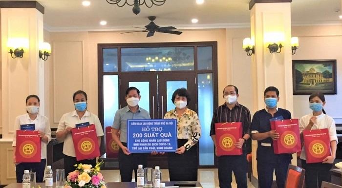 Phó Chủ tịch LĐLĐ thành phố Hà Nội Phạm Bá Vĩnh trao hỗ trợ cho đoàn viên, người lao động tại Khách sạn Hòa Bình.