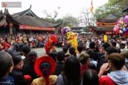 Sau Tết, công sở vắng người - đền chùa quá tải