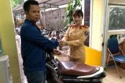 Phát hiện xe gian, nữ CSGT Hà Nội bàn giao CSHS tỉnh Bắc Ninh