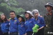 Xúc động tình nguyện viên đội mưa làm 'hàng rào mền' ở Đền Hùng