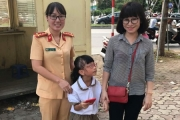 Nữ CSGT giúp em nhỏ đi lạc tìm được mẹ
