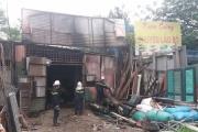 Cảnh sát PCCC kịp thời dập tắt đám cháy, bên trong chứa hàng chục bình gas và bình khí nén loại lớn