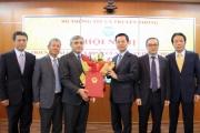 Bộ trưởng Nguyễn Mạnh Hùng trao Quyết định công tác cán bộ cho Thứ trưởng Nguyễn Minh Hồng