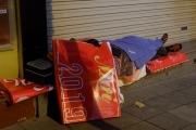 Hà Nội: Người vô gia cư co ro chống chọi đêm rét lạnh thấu xương