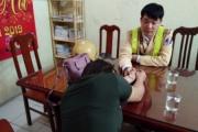 Hà Nội: CSGT cứu người phụ nữ kề kéo vào cổ, định nhảy cầu tự vẫn