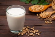 Tin đồn về ung thư: Bệnh nhân ung thư vú có được uống sữa đậu nành không?
