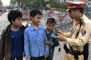 CSGT giúp đỡ 3 cháu bé ở Lào Cai bị lạc tại Hà Nội