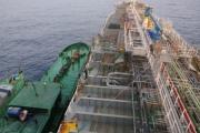 Bắt quả tang vụ sang chiết xăng trái phép số lượng lớn trên biển