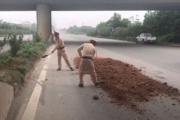 """CSGT Hà Nội cùng người dân xử lý nhanh """"ổ gà, ổ trâu"""" trên quốc lộ"""