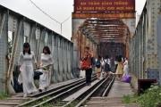 Hà Nội dẹp cà phê đường tàu, du khách 'dạt' ra cầu Long Biên