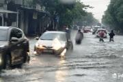 Mưa lớn kéo dài, nhiều tuyến đường ở thành Vinh chìm trong biển nước