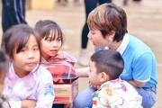 CEO Nguyễn Thị Ánh xúc động tặng áo ấm cho học sinh nghèo tại quê nhà