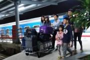 15 khách đi tàu SE30 được hỗ trợ xuống ga Thanh Hóa kịp về quê đón Tết
