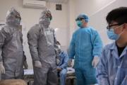 Thứ trưởng Bộ Y tế vào tận phòng cách ly thăm hỏi, động viên bệnh nhân mắc COVID-19