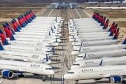 Hàng loạt máy bay 'nằm bẹp' vì đại dịch Covid-19
