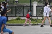 Nhộn nhịp cảnh người dân không đeo khẩu trang, vô tư tập thể dục trong công viên ở Hà Nội