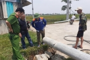 Hà Tĩnh: Bất ngờ cột điện đổ sập, một công nhân tử vong