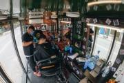 Độc đáo xe cắt tóc lưu động tiền tỷ ở Sài Gòn, khách chỉ cần trả phí bằng... nụ cười tươi